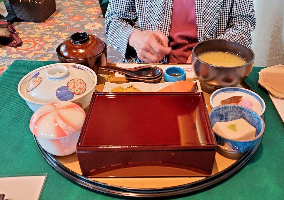 奈良ホテルメインダイニングルーム「三笠」で運ばれてきた朝食