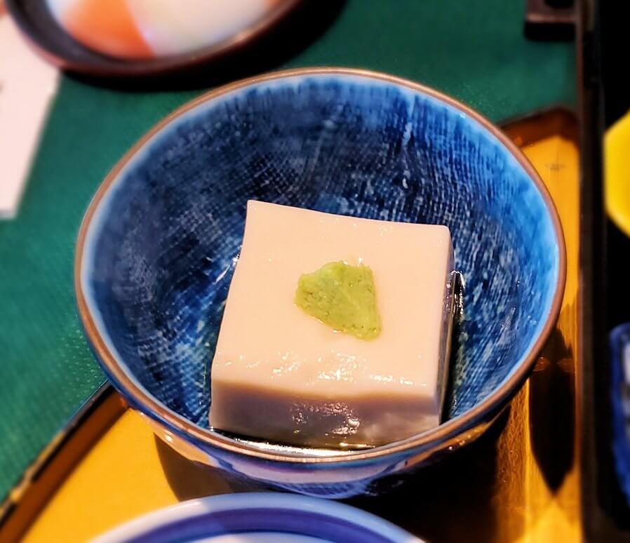 奈良ホテルメインダイニングルーム「三笠」で運ばれてきた和定食の豆腐