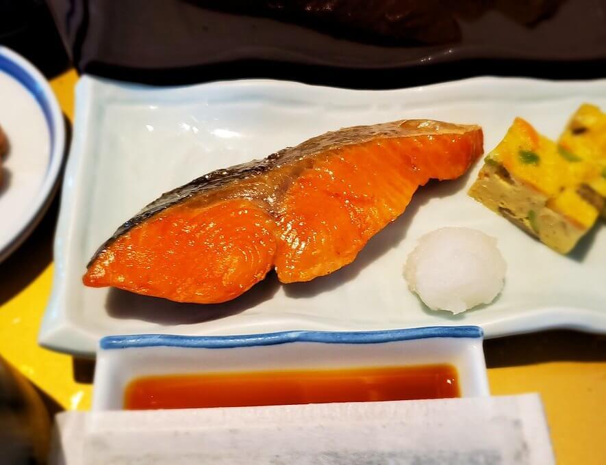 奈良ホテルメインダイニングルーム「三笠」で運ばれてきた和定食の鮭