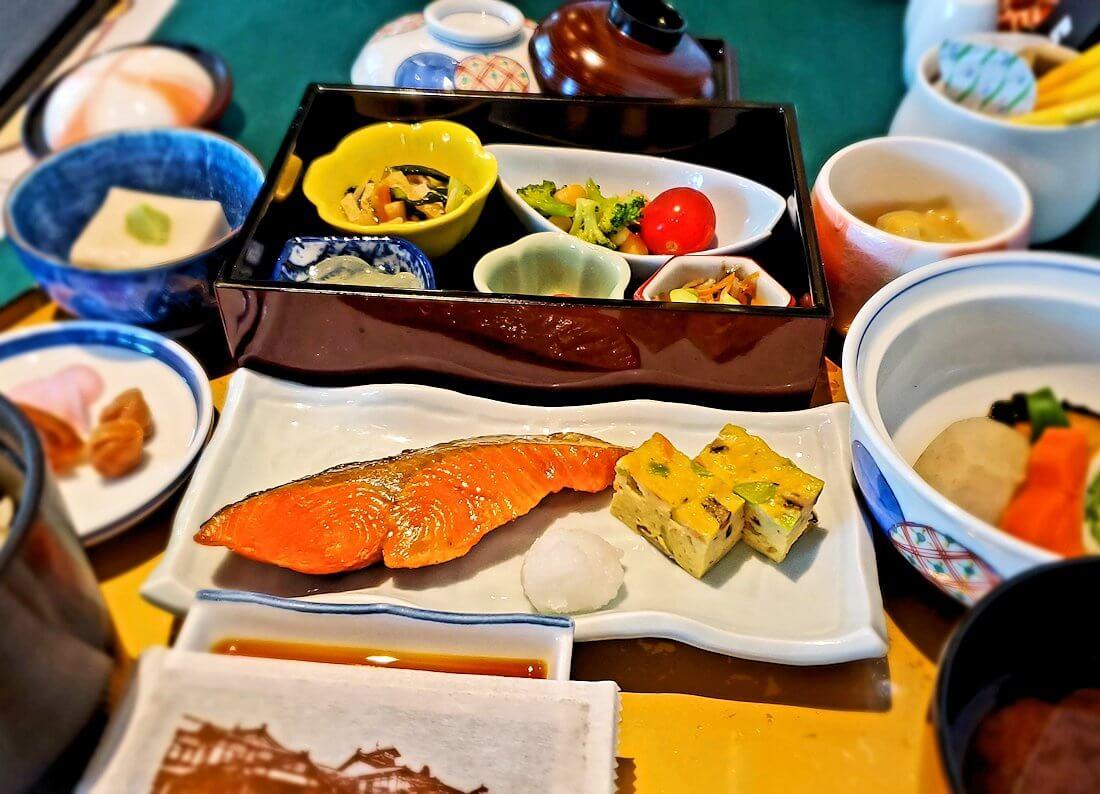 奈良ホテルメインダイニングルーム「三笠」で運ばれてきた和定食のおかず類など