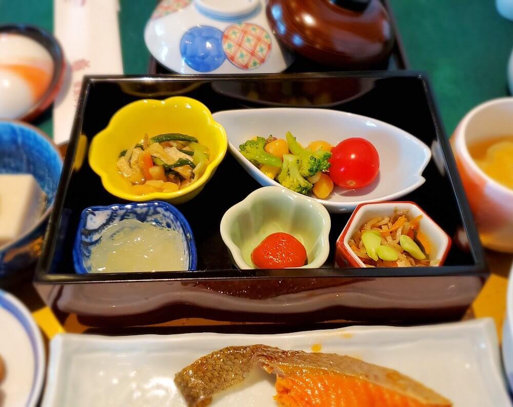 奈良ホテルメインダイニングルーム「三笠」で運ばれてきた和定食のおかず類