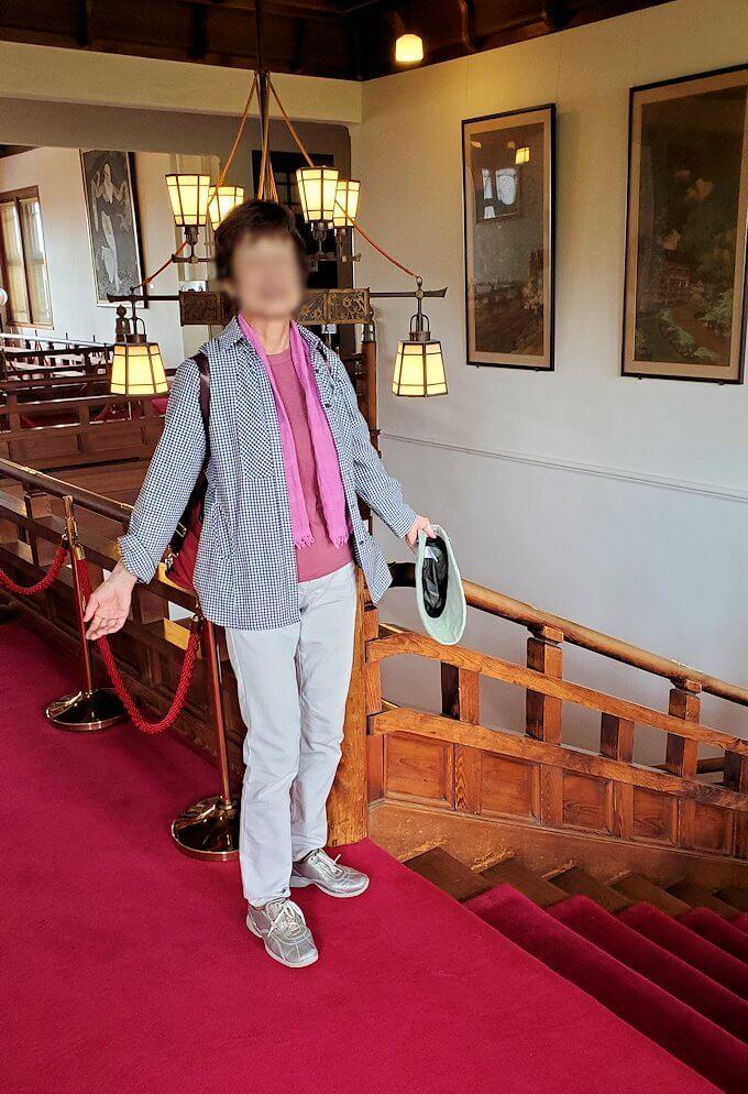 奈良ホテルの2階ロビーで記念撮影