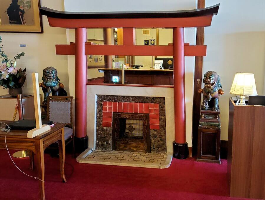 奈良ホテルの鳥居と暖炉の融合