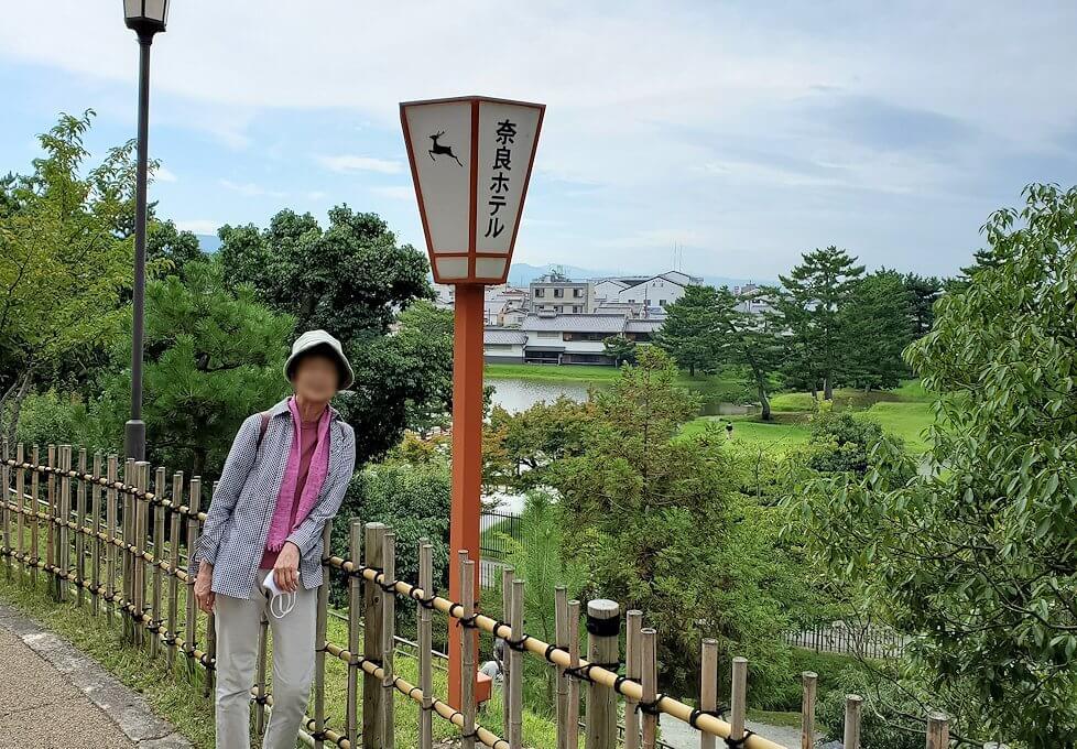 奈良ホテル前で記念写真