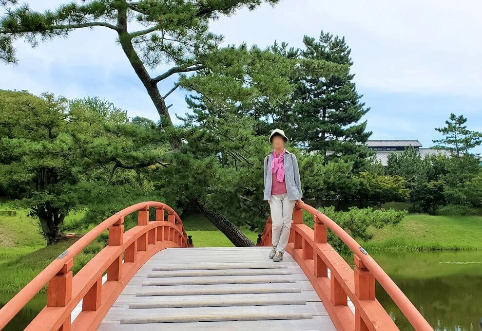 名勝「旧大乗院庭園」内の太鼓橋で記念撮影