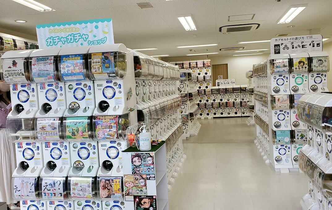 奈良「下御門商店街」にあったガチャガチャ店の店内
