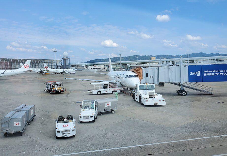 伊丹空港から松山行の飛行機へ乗り込む1