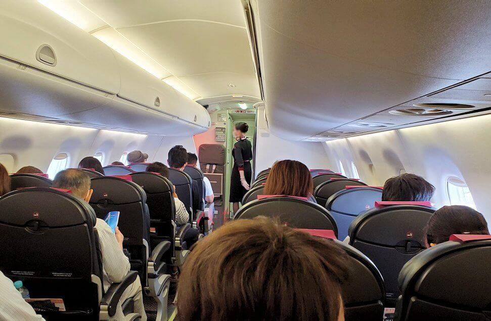 伊丹空港から松山行の飛行機へ乗り込む