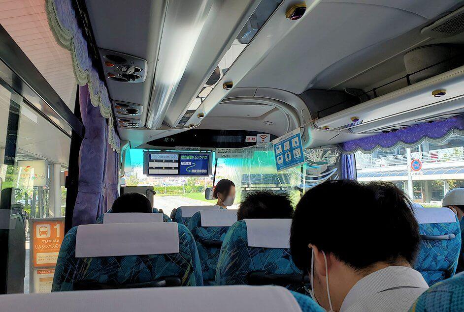 松山空港から出るリムジンバスに乗り込む