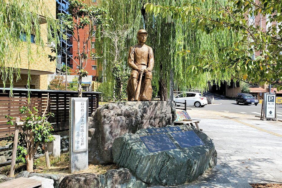 道後温泉正面の広場にある、正岡子規の像