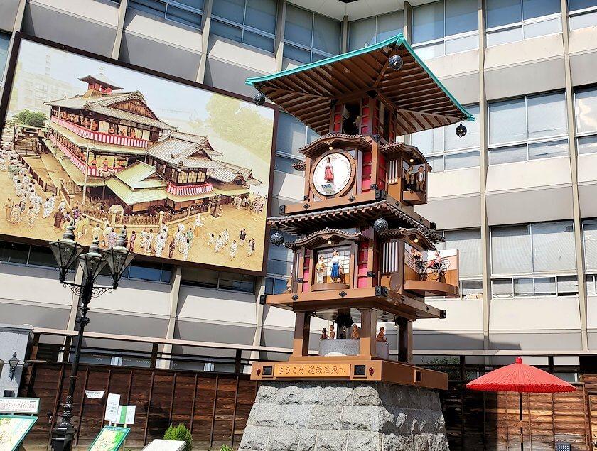 道後温泉正面の広場にあるからくり時計1