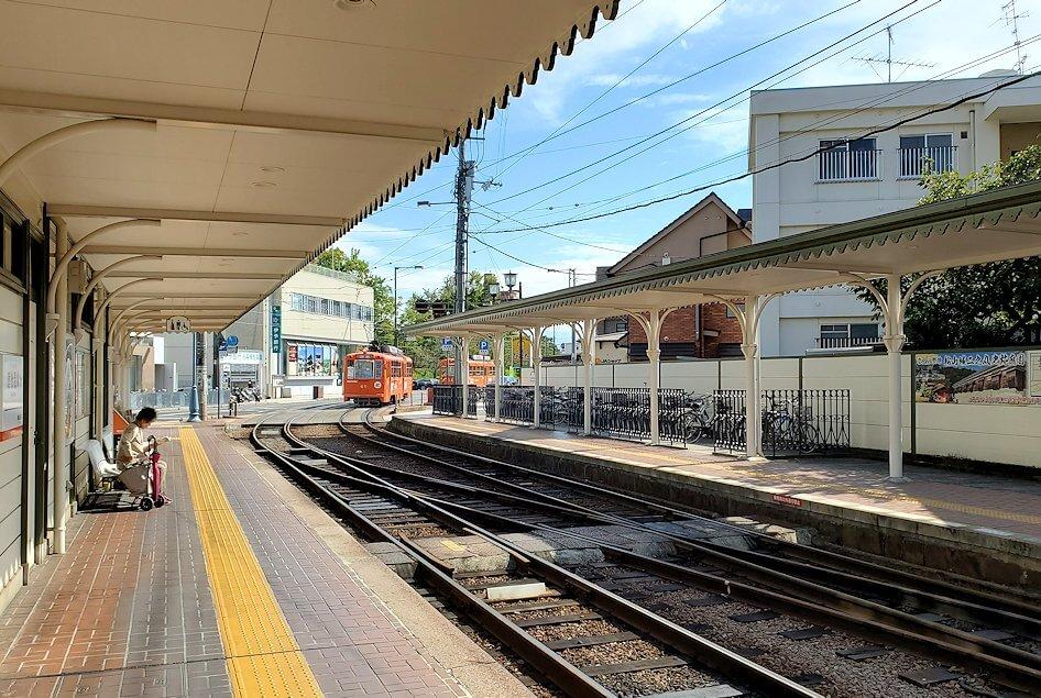 道後温泉駅で路面電車に乗り込む