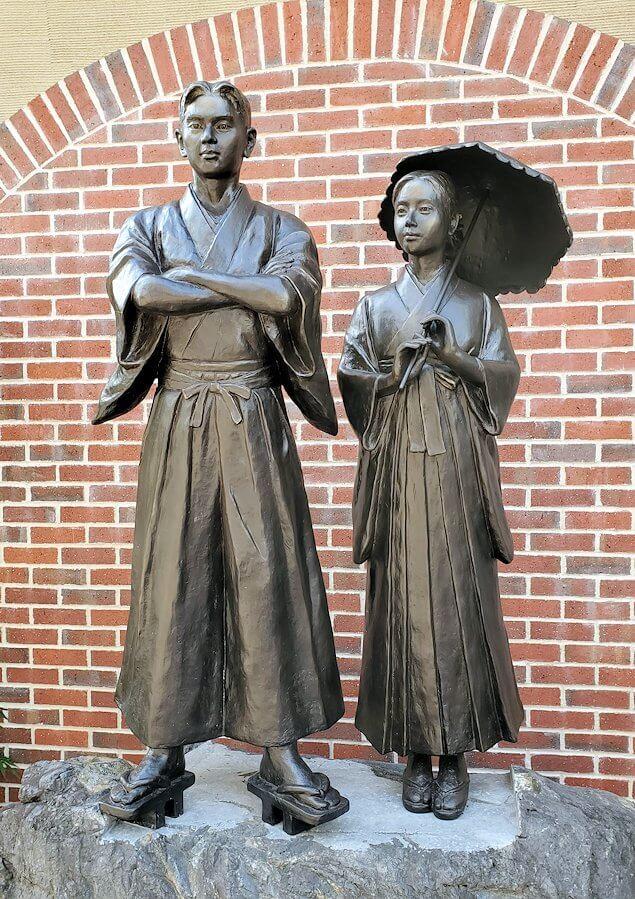 松山城ロープウェイ乗り場前にある、「坊ちゃん」に出てくるカップルの銅像