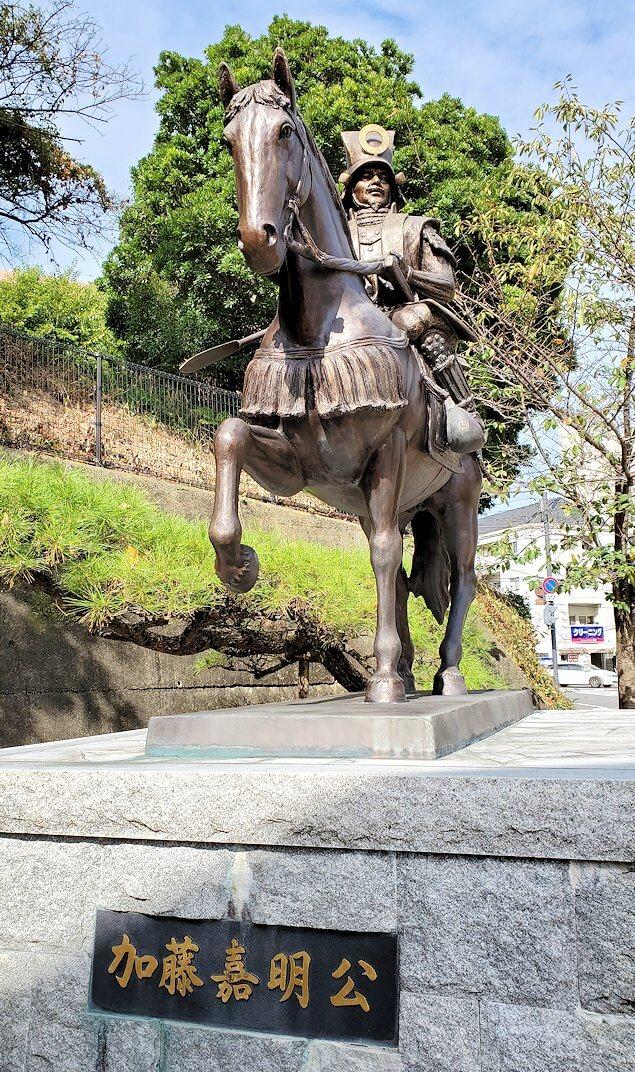 松山城ロープウェイ乗り場前にある、加藤嘉明の像