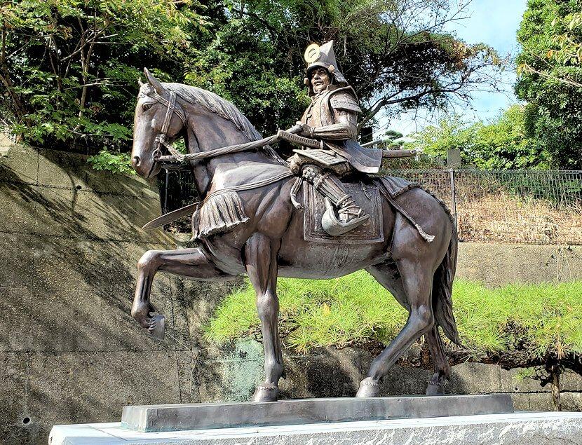 松山城ロープウェイ乗り場前にある、加藤嘉明の像1