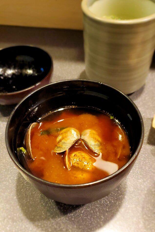寿司屋「彩」で注文した炙り鯛丼に付いてくるお味噌汁