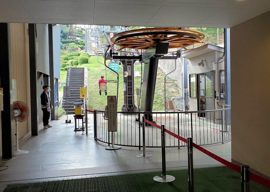 松山城ロープウェイ乗り場のリフト乗り場に到着