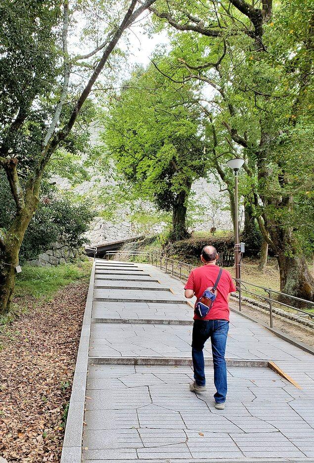 松山城本丸に進む道を登る