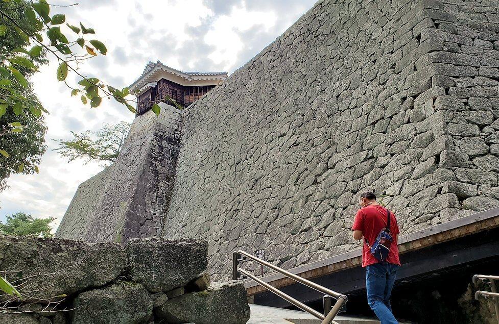松山城本丸の石垣が見えてくる