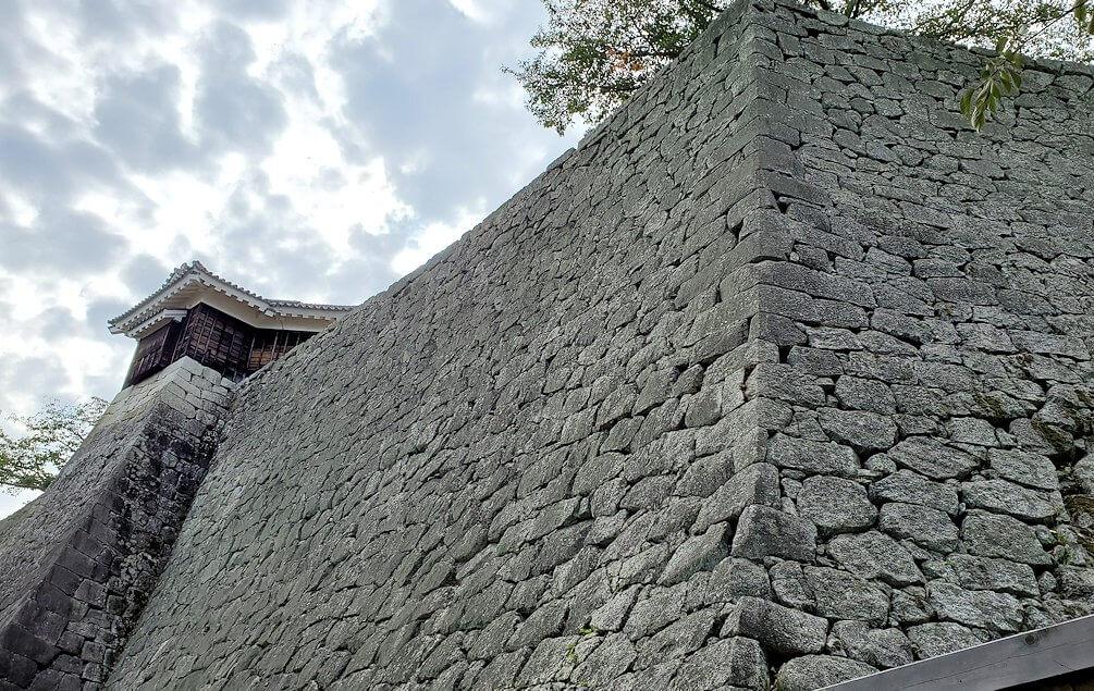 松山城本丸の石垣が見えてくる1