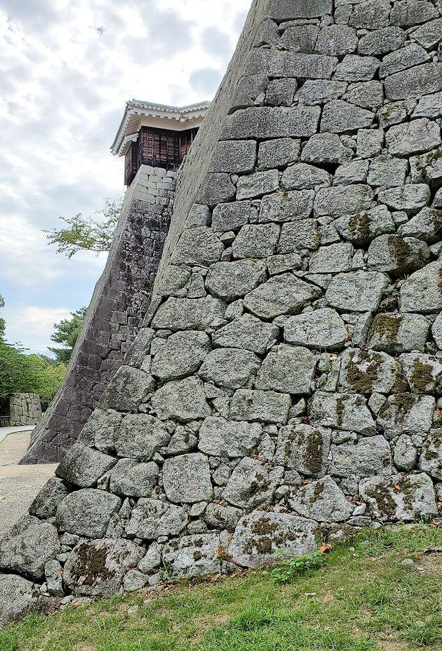 松山城本丸の石垣が見えてくる2