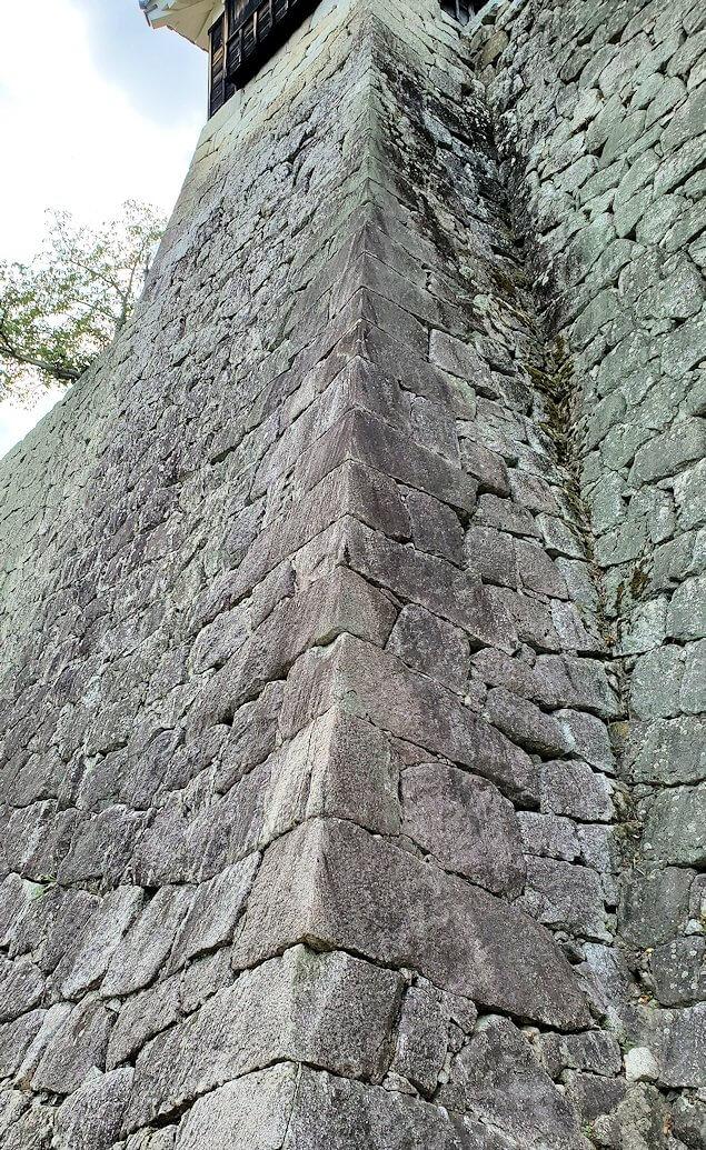 松山城本丸の石垣が見えてくる4