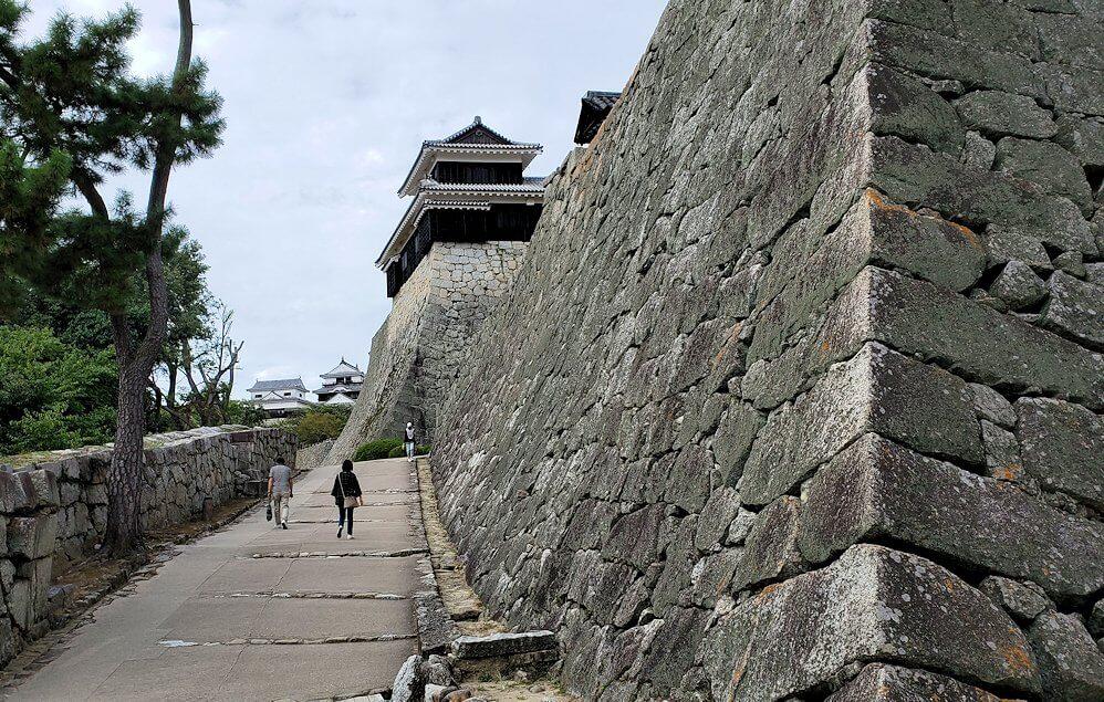 松山城本丸の石垣が見えてくる5