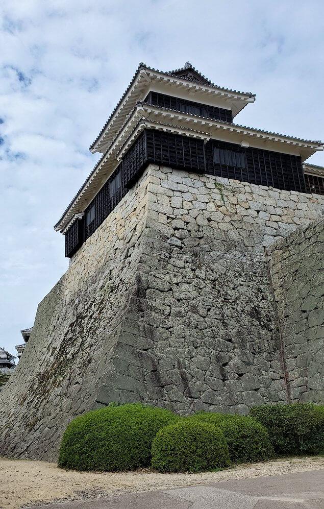 松山城本丸の石垣が見えてくる6