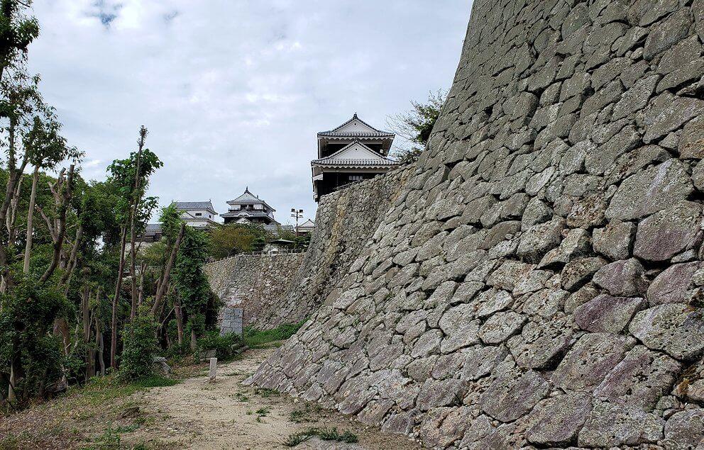 松山城本丸の石垣が見えてくる7