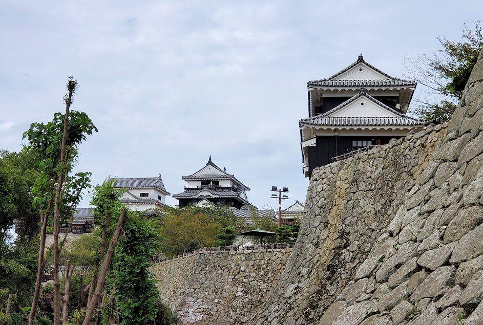 松山城本丸にある天守閣などが見える