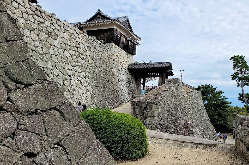 松山城本丸にある天守閣などが見える1