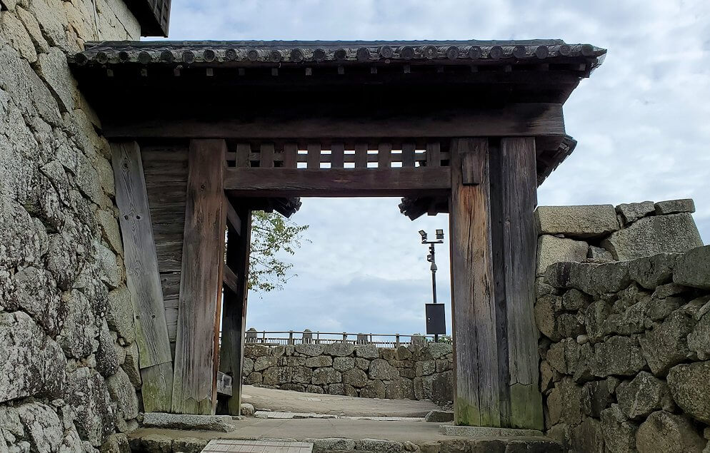 松山城本丸への入口である「一ノ門」に進む