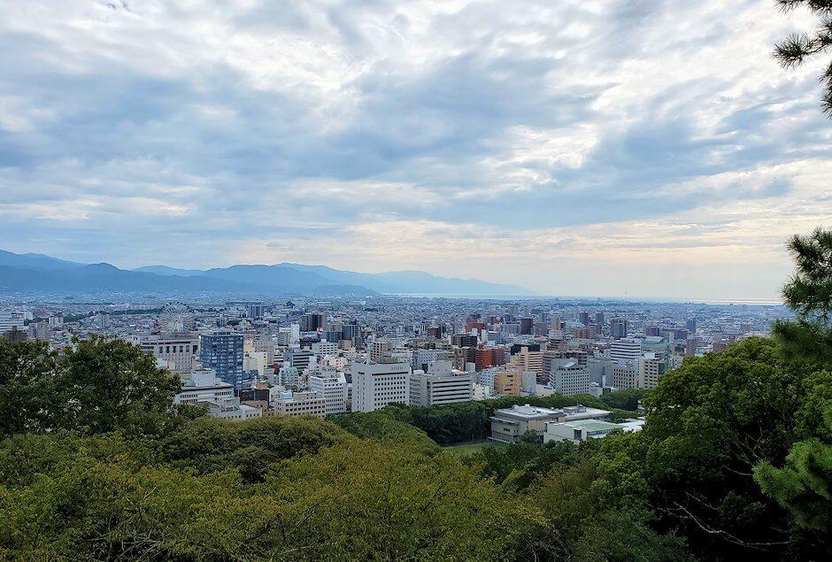 松山城本丸への入口である「一ノ門」周辺から見える松山市内の景色