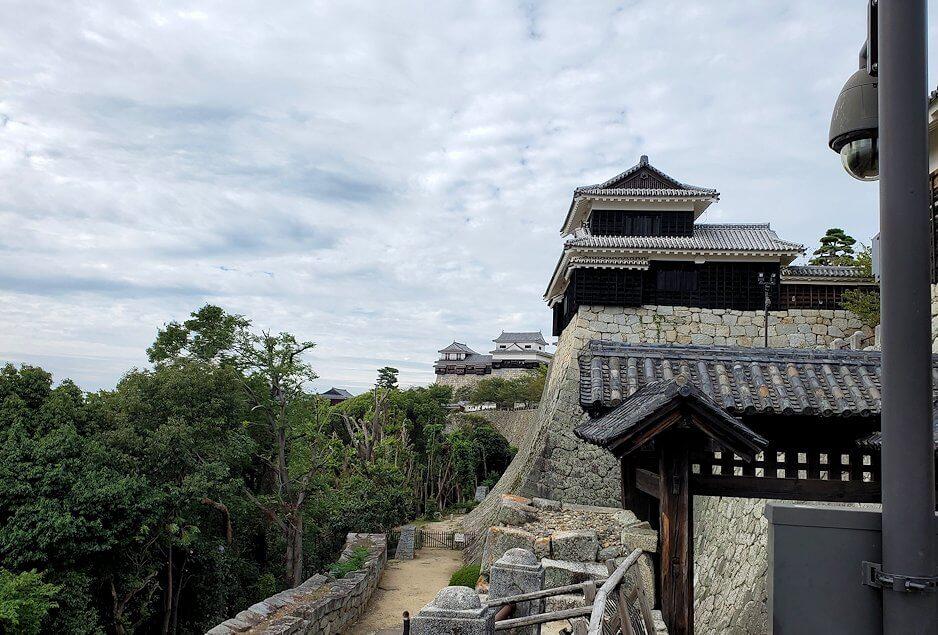 松山城本丸への入口である「筒井門」から見る天守