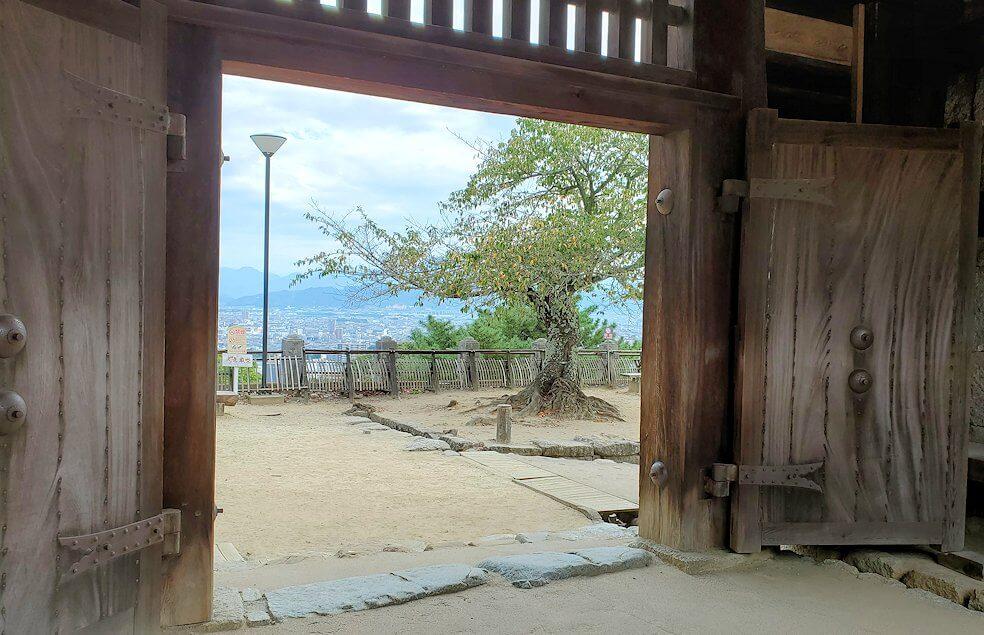 松山城筒井門の内側から見た写真
