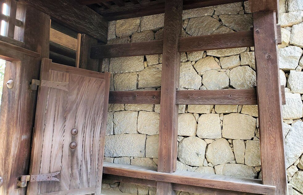 松山城筒井門の内側から見た写真1