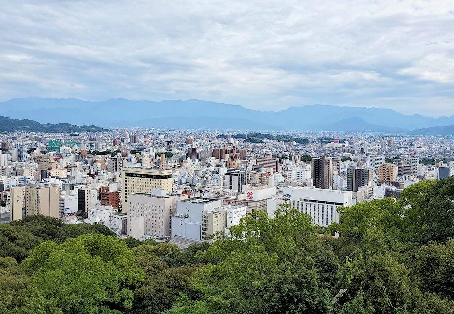 松山城隠門の裏側から見た、松山市内の景観
