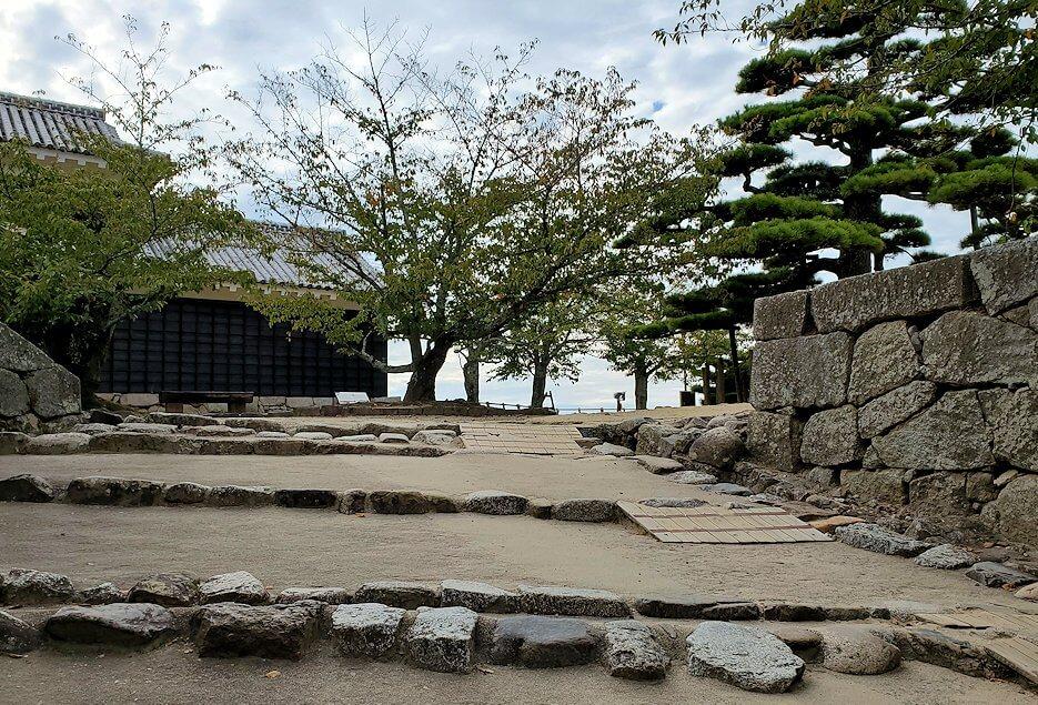 松山城太鼓門を抜けて本丸広場へ進む
