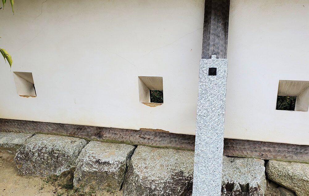 松山城本丸広場にある塀の銃眼