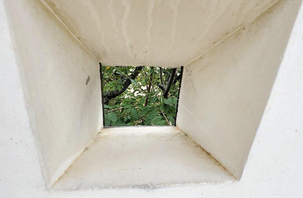 松山城本丸広場にある塀の銃眼のアップ