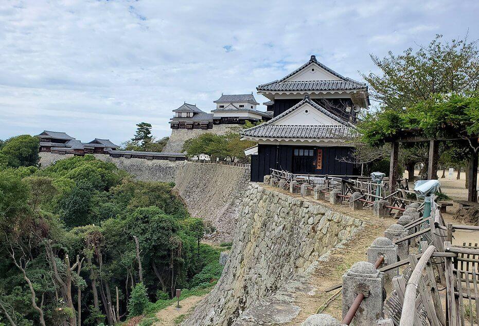松山城本丸広場から見る本壇
