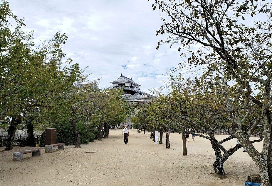 松山城本丸広場から見る本壇1