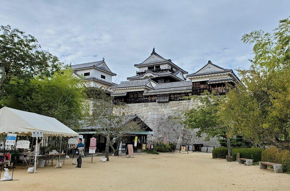 松山城本丸広場を天守閣に向かって進む