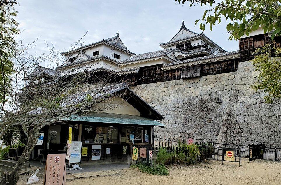 松山城本丸広場を天守閣に向かって進む1