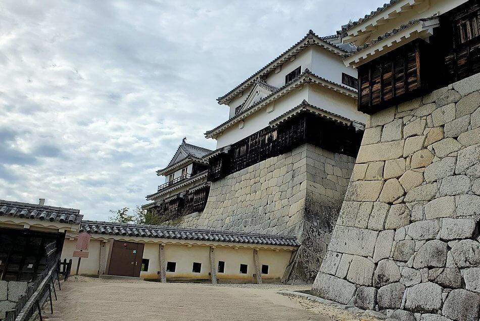松山城天守閣のある本壇へと進む