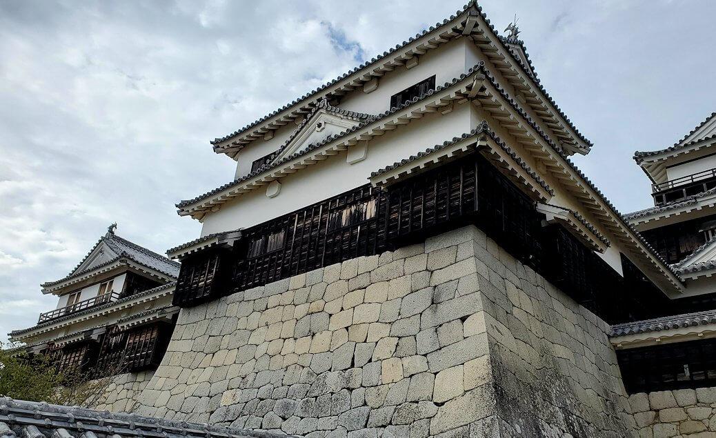 松山城天守閣のある本壇から見上げる小天守