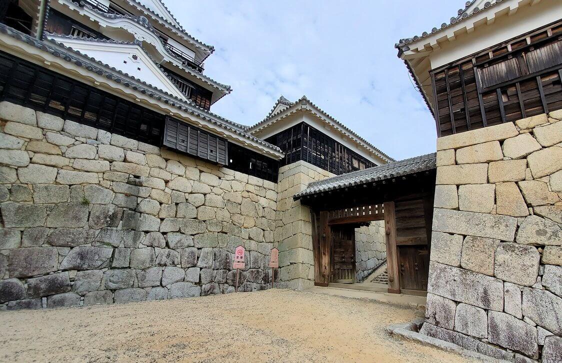 松山城天守閣のある本壇から見上げる大天守を進む