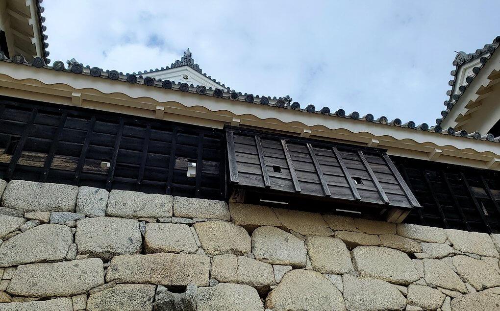 松山城天守閣のある本壇から見上げる大天守前に造られている石落とし