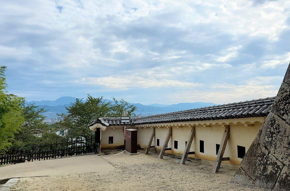 松山城の本壇にある「一ノ門」を通り抜けた景色