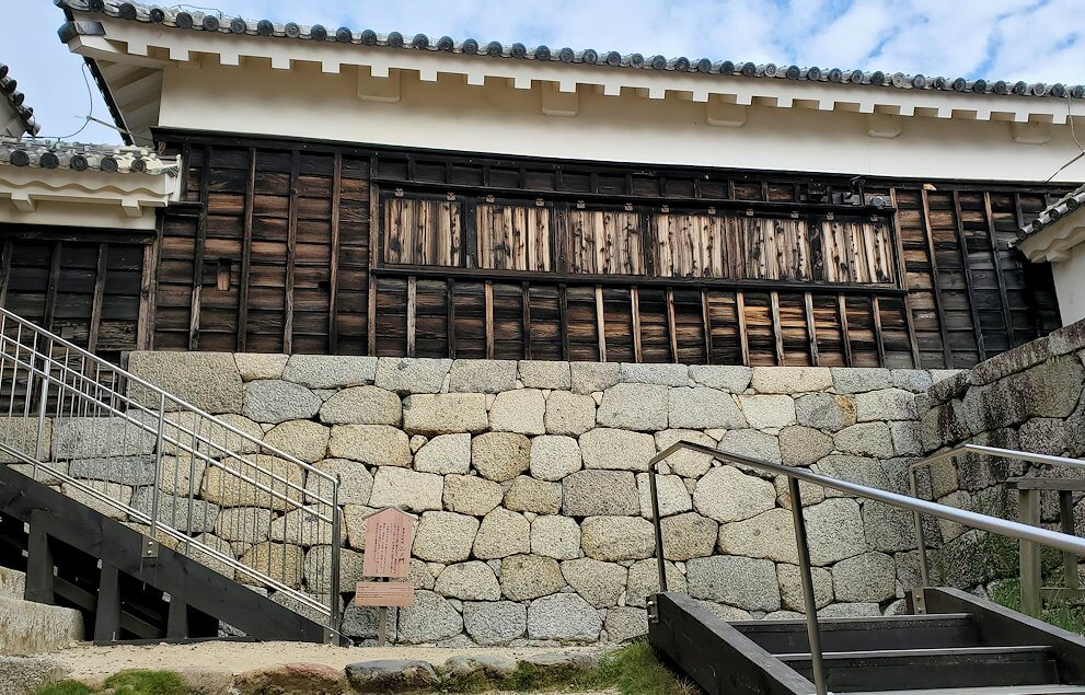 松山城天守閣のある本壇にある「一ノ門」を進んで行く
